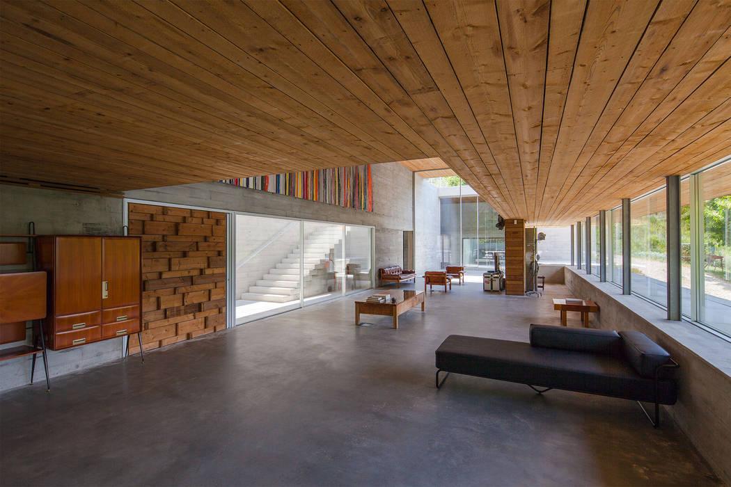 Salones de estilo moderno de Carvalho Araújo Moderno Hormigón