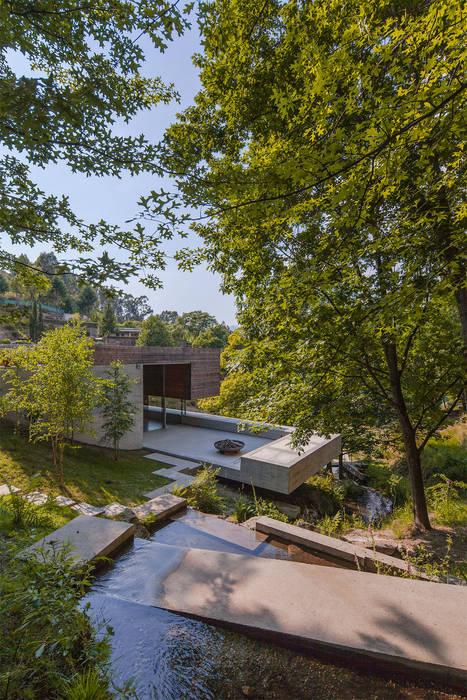 現代房屋設計點子、靈感 & 圖片 根據 Carvalho Araújo 現代風 水泥