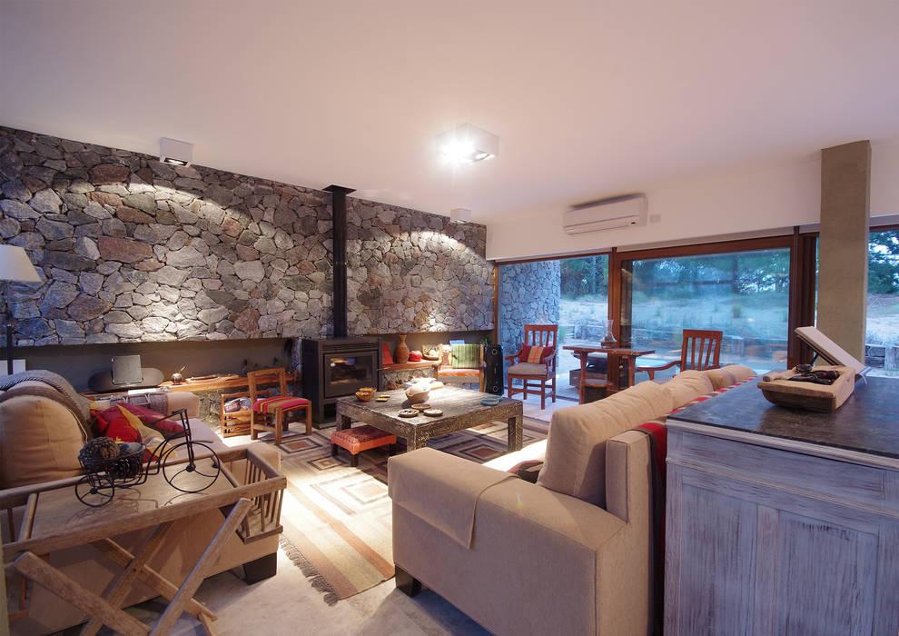 Casas de Playa - El Patio -: Livings de estilo  por LUCAS MC LEAN ARQUITECTO