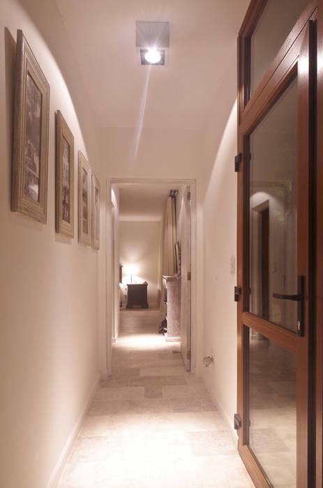 Modern corridor, hallway & stairs by LUCAS MC LEAN ARQUITECTO Modern