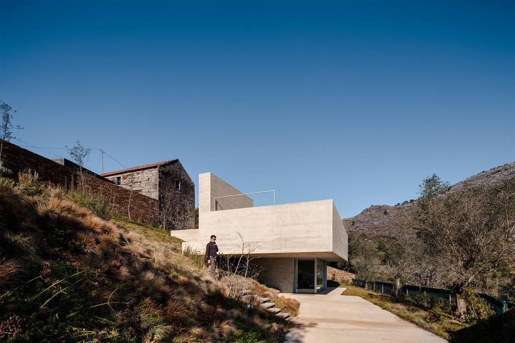Refúgio na Montaria: Casas  por Carvalho Araújo,Moderno Betão