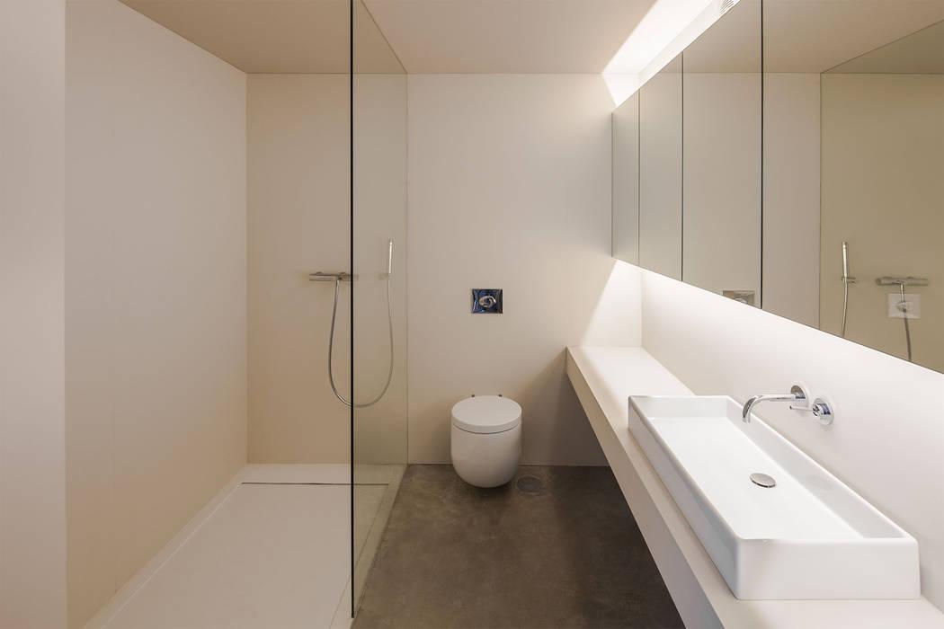 Refúgio na Montaria: Casas de banho  por Carvalho Araújo,Moderno Cerâmica