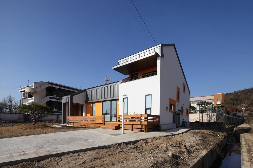 2.5층의 본채가 빌라타운쪽에서의 시선을 막아준다. 모던스타일 주택 by 주택설계전문 디자인그룹 홈스타일토토 모던