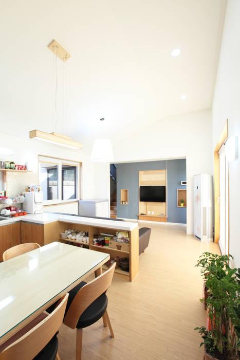 거실과 트여있는 주방모습: 주택설계전문 디자인그룹 홈스타일토토의  주방,모던