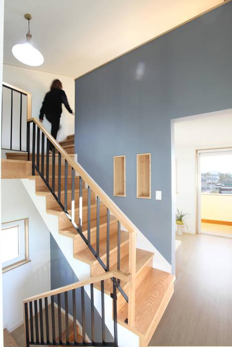 1층에서 2층을 지나 다락으로 가는 계단 모던스타일 복도, 현관 & 계단 by 주택설계전문 디자인그룹 홈스타일토토 모던