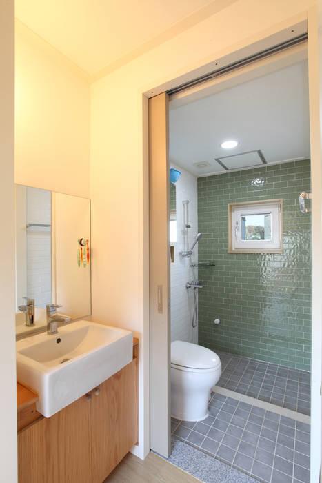 건,습식 구분 화장실: 주택설계전문 디자인그룹 홈스타일토토의  욕실,모던