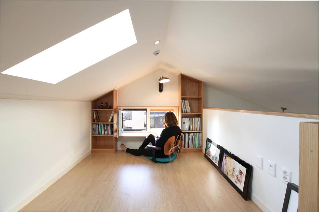 다락서재: 주택설계전문 디자인그룹 홈스타일토토의  서재 & 사무실,
