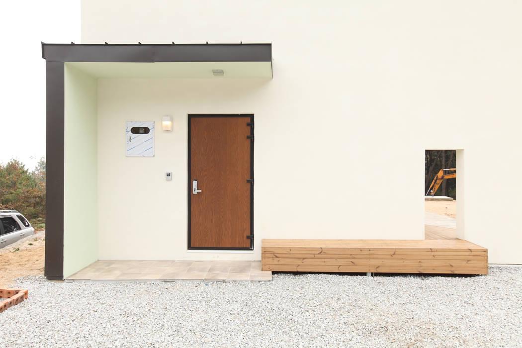 현관: 주택설계전문 디자인그룹 홈스타일토토의  주택