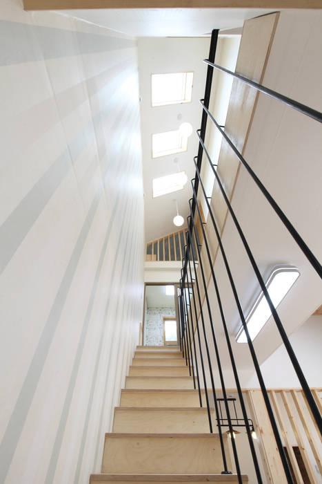 천창빛이 쏟아지는 계단: 주택설계전문 디자인그룹 홈스타일토토의  복도 & 현관
