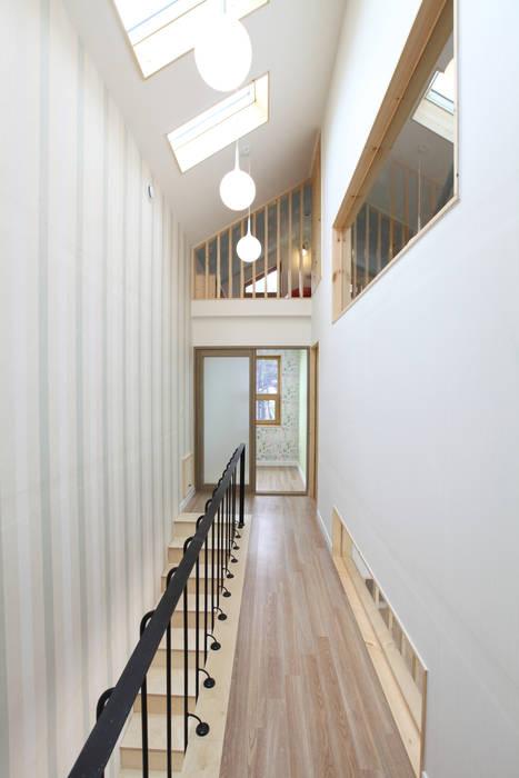 2층 복도: 주택설계전문 디자인그룹 홈스타일토토의  복도 & 현관