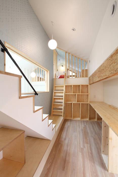 2.5층의 아빠서재: 주택설계전문 디자인그룹 홈스타일토토의  서재 & 사무실