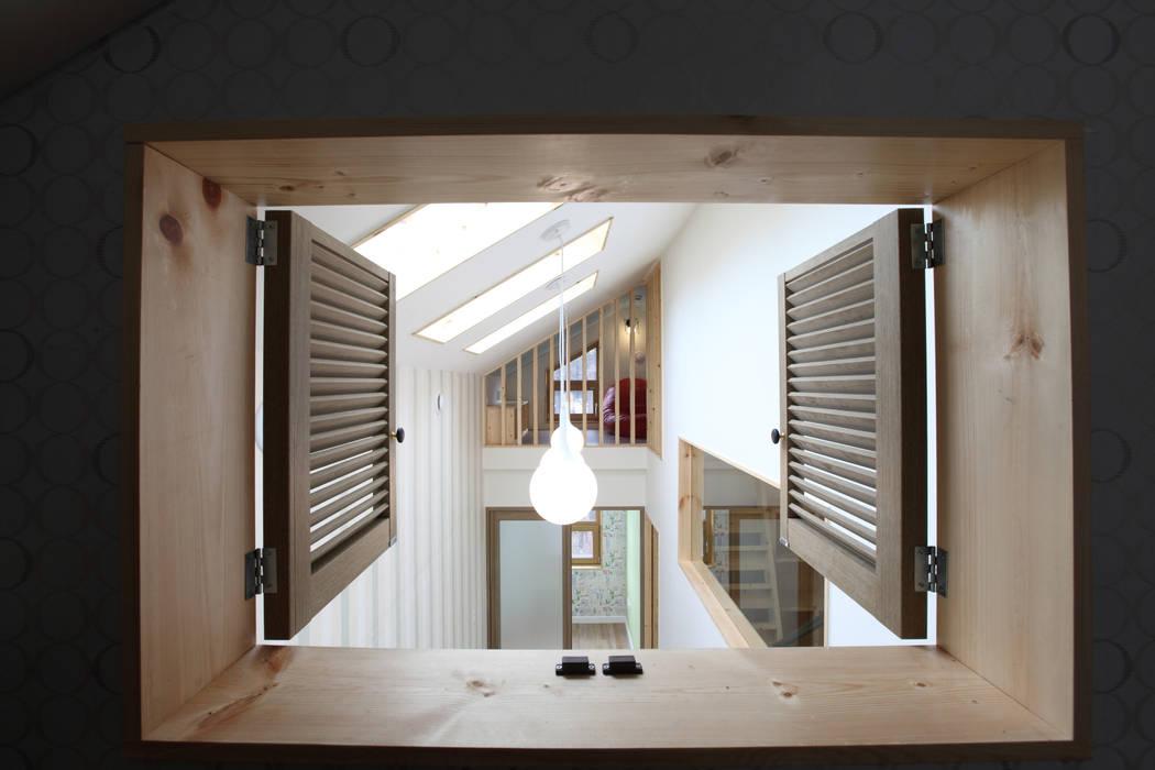 다락에서 복도를 바라봄: 주택설계전문 디자인그룹 홈스타일토토의  복도 & 현관,