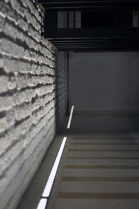 CASA FUSER: Case in stile in stile Moderno di GLIP   The Lighting Partner