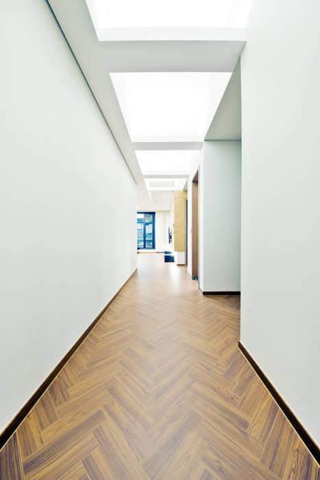Koridor & Tangga Gaya Skandinavia Oleh GongGam Urban Architecture & Construction Skandinavia