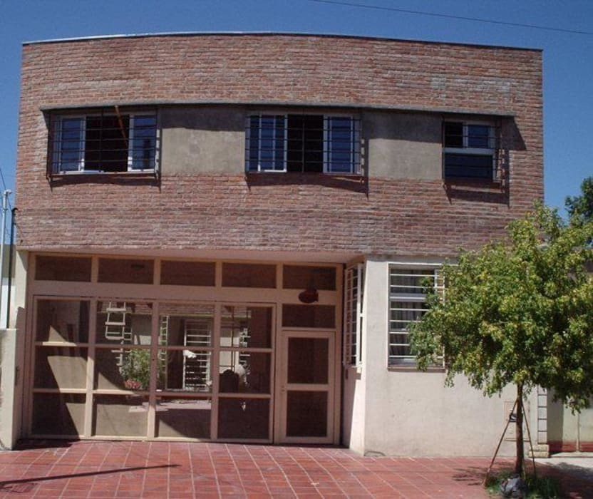 Casa en Berazategui: Casas de estilo  por AyC Arquitectura