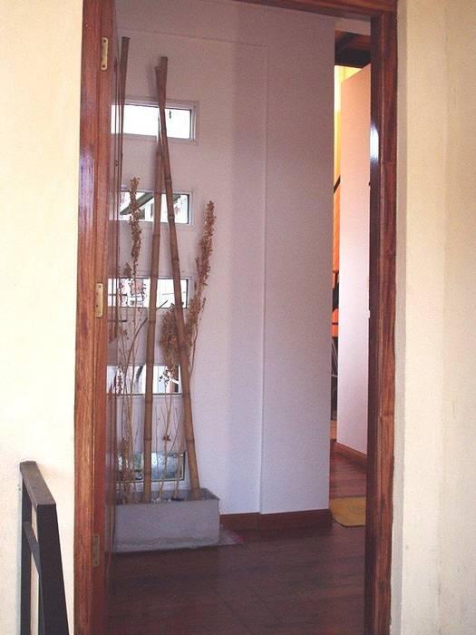 Casa en Berazategui: Pasillos y recibidores de estilo  por AyC Arquitectura,Moderno