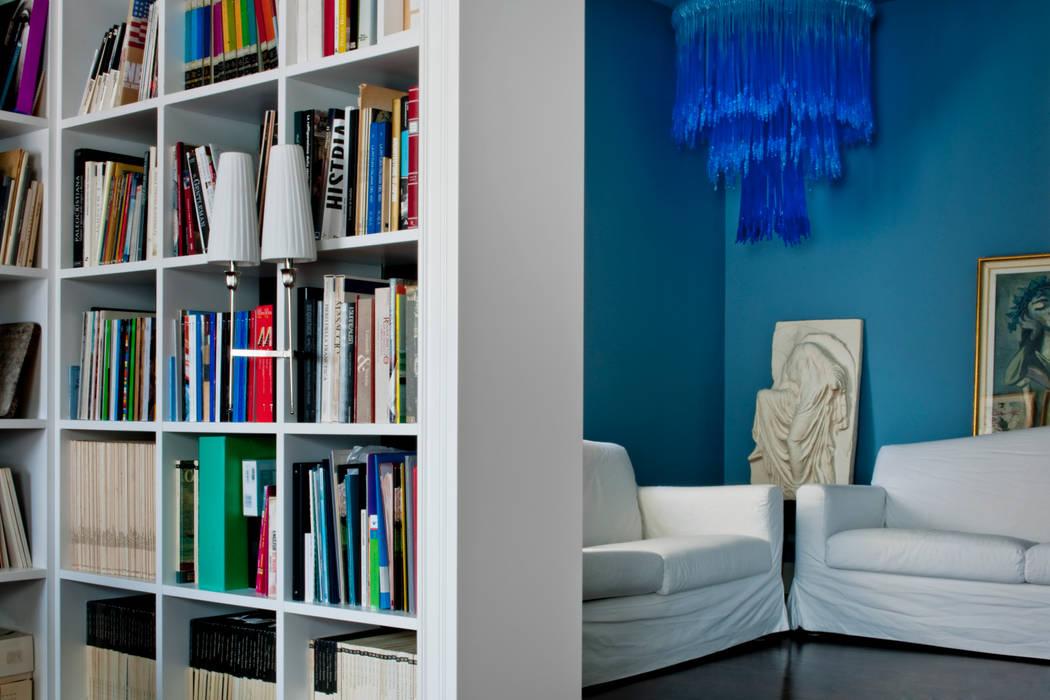 Casa Alessandra - studio, biblioteca: Studio in stile in stile Classico di Studio Carlo Dal Bianco