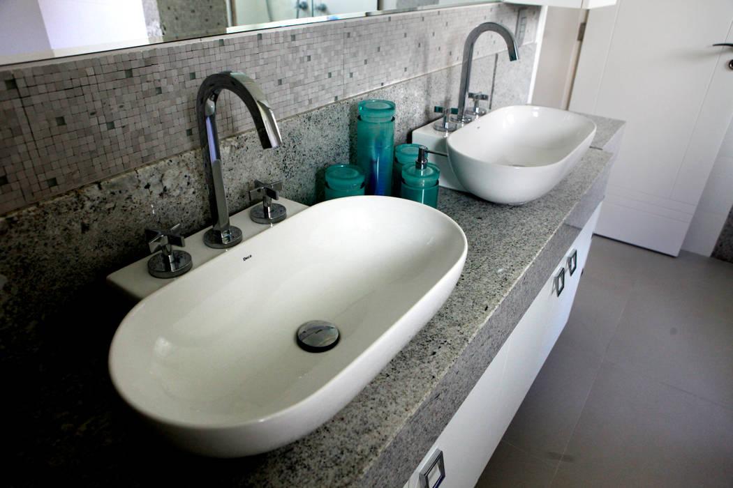 Bathroom by Vettori Arquitetura