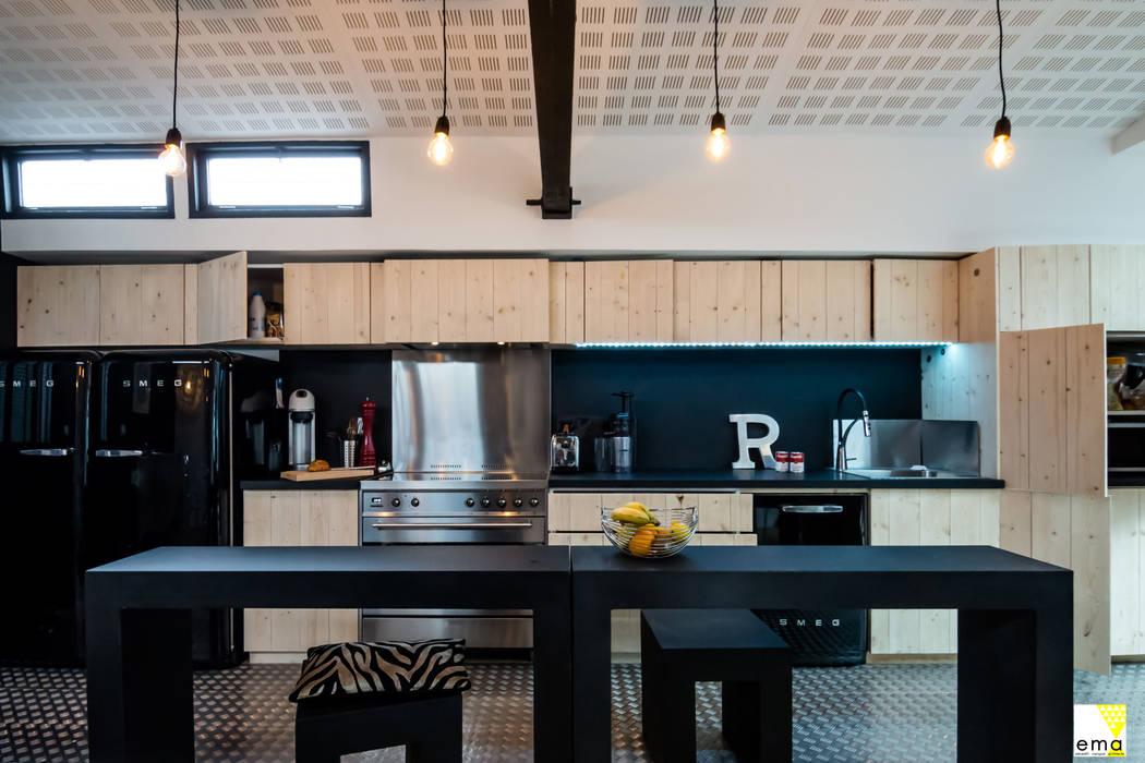 Vue de la cuisine: Cuisine de style  par Elisabeth Manguin Architecte