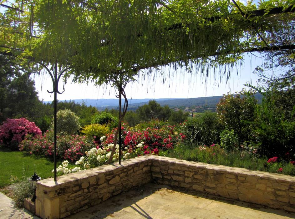 Vue terrasse. massif rosiers jardin méditerranéen par i.d.o ...