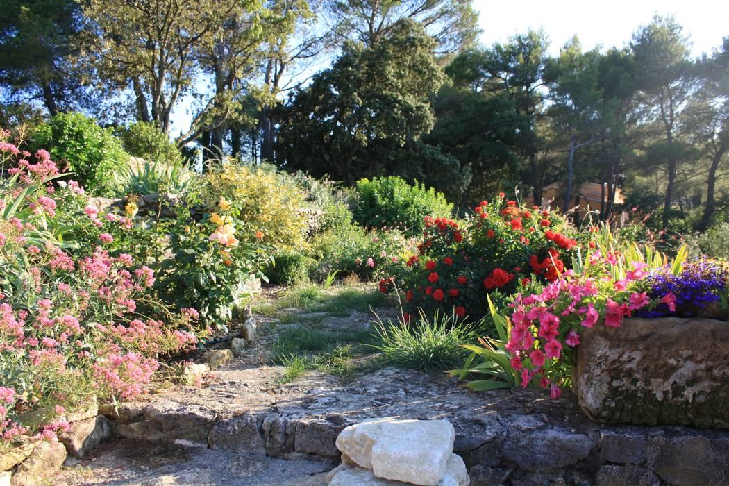 Jardines de estilo mediterráneo de I.D.O jardins Mediterráneo