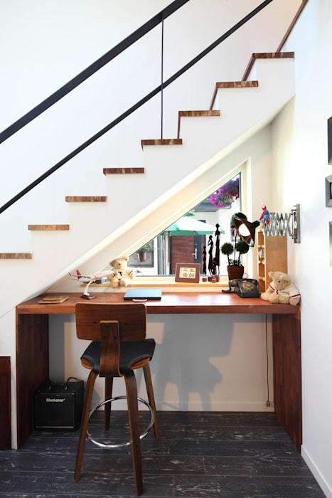 별채에서 바라다보이는 대문: 주택설계전문 디자인그룹 홈스타일토토의  창문,