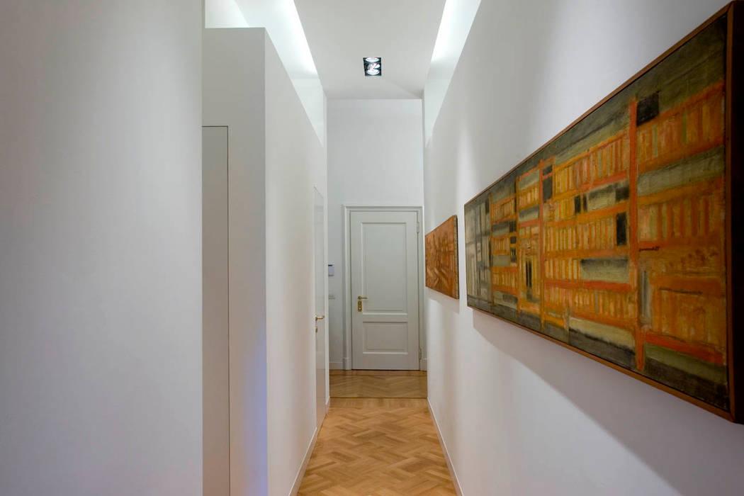 PRIVATE APARTMENT_BO cristianavannini | arc Ingresso, Corridoio & Scale in stile moderno