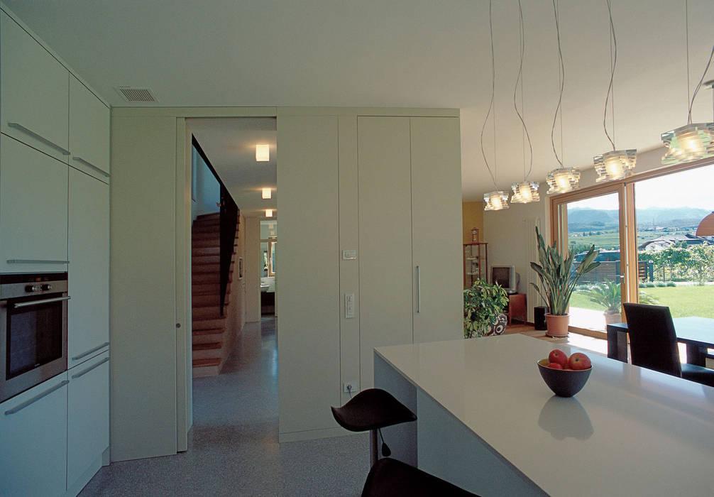 Casa unifamiliare Appiano 07: Cucina in stile in stile Moderno di Arch. Gertrud Kofler