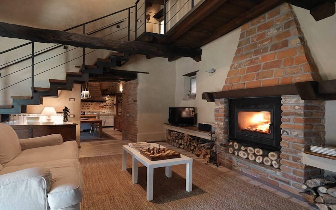 Zona living con camino soggiorno in stile di fabio carria for Living con camino