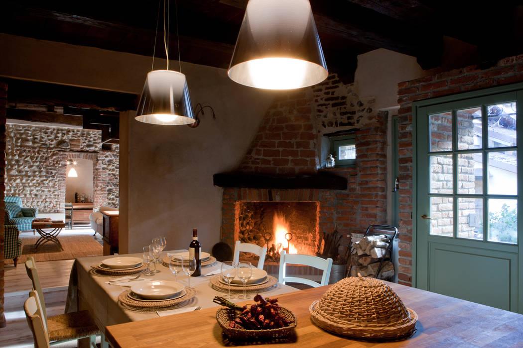 Particolare del camino esistente in cucina: sala da pranzo in stile ...