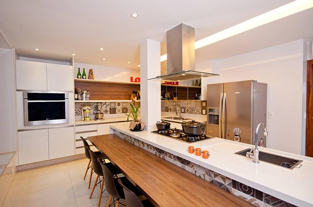 Кухня в стиле модерн от Adoro Arquitetura Модерн Дерево Эффект древесины