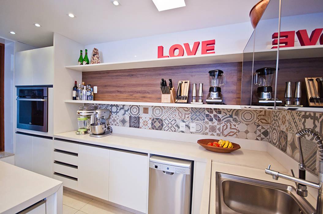 Cozinha Gourmet Cozinhas modernas por Adoro Arquitetura Moderno Madeira Efeito de madeira