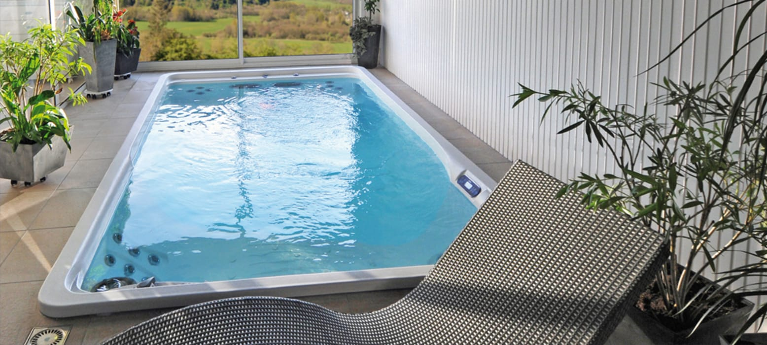 Piscina PrettyPool con accessori spa installata internamente.: Piscina in stile in stile Moderno di Bsvillage Piscine