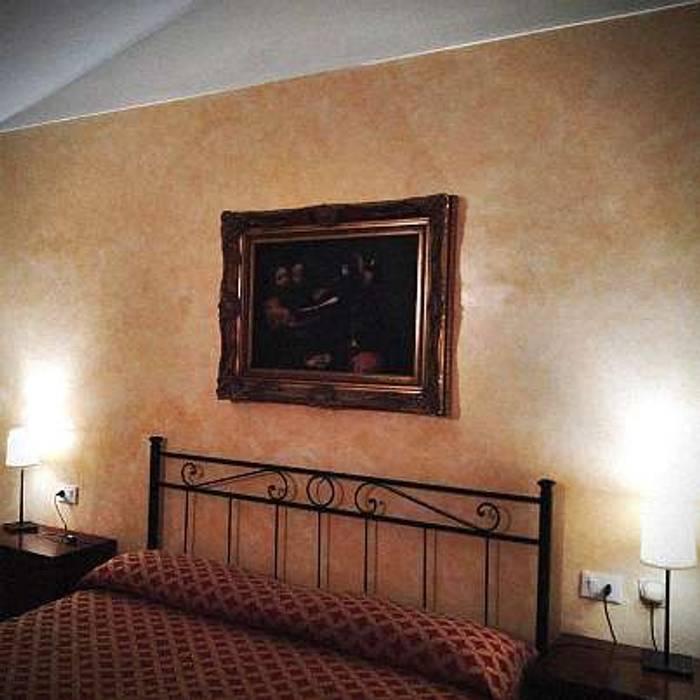CONVERSIONE AL LED: Camera da letto in stile in stile Classico di lar luce alto rendimento srl