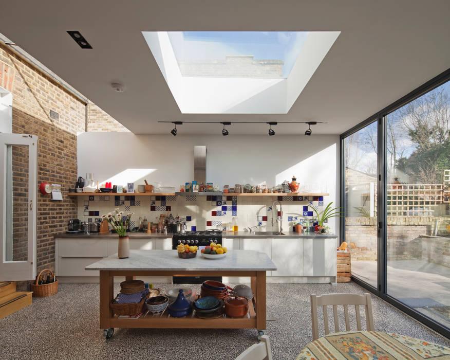 Modern kitchen by FORA Arquitectos Modern