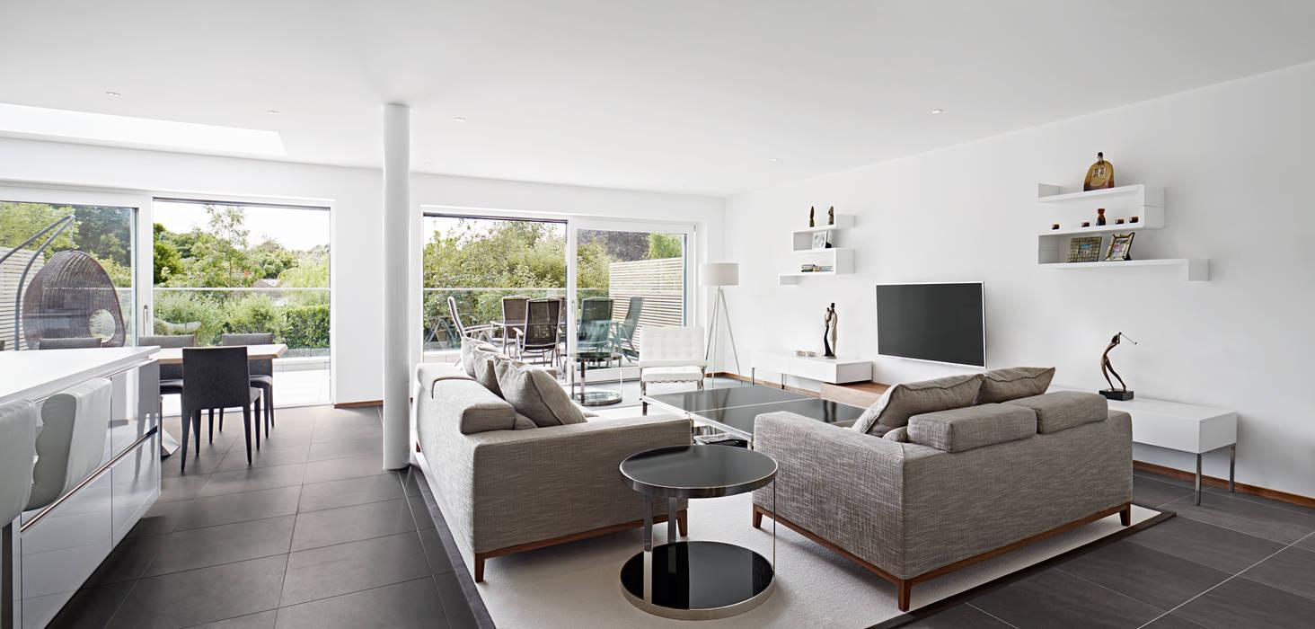 Living room Baufritz (UK) Ltd. Ruang Keluarga Modern