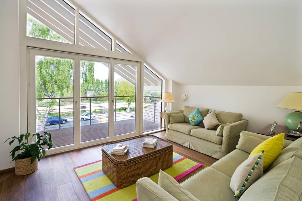 Living room Ruang Keluarga Modern Oleh Baufritz (UK) Ltd. Modern