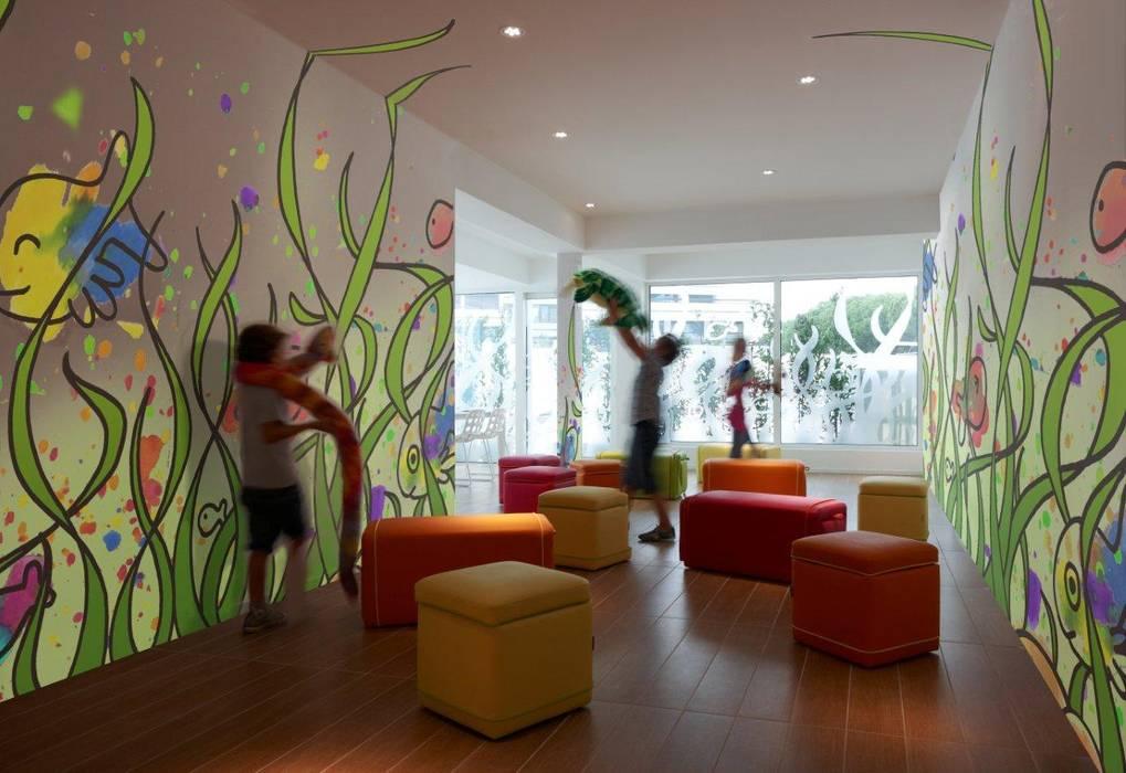 MARINA VERDE WELLNESS RESORT: Hotel in stile  di GLIP   The Lighting Partner
