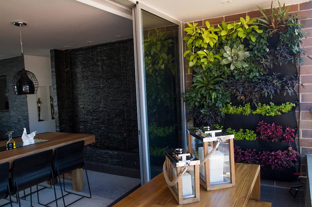 Casa Restrepo: Terrazas de estilo  por Maria Mentira Studio