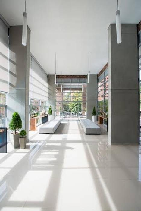 Maria Mentira Studio Couloir, entrée, escaliersAccessoires & décorations Bois massif Gris