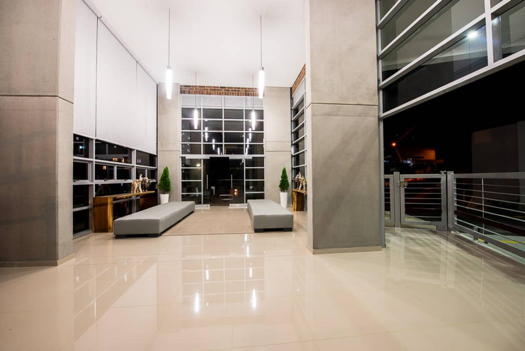 Maria Mentira Studio Couloir, entrée, escaliersEclairage Aluminium/Zinc Gris