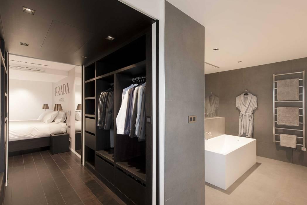 Dressing ouvert sur chambre Dressing moderne par réHome Moderne