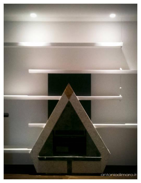 Recupero e integrazione funzionale e architettonico di un'esistente camino.: Sala da pranzo in stile in stile Minimalista di antoniodimaro&partners