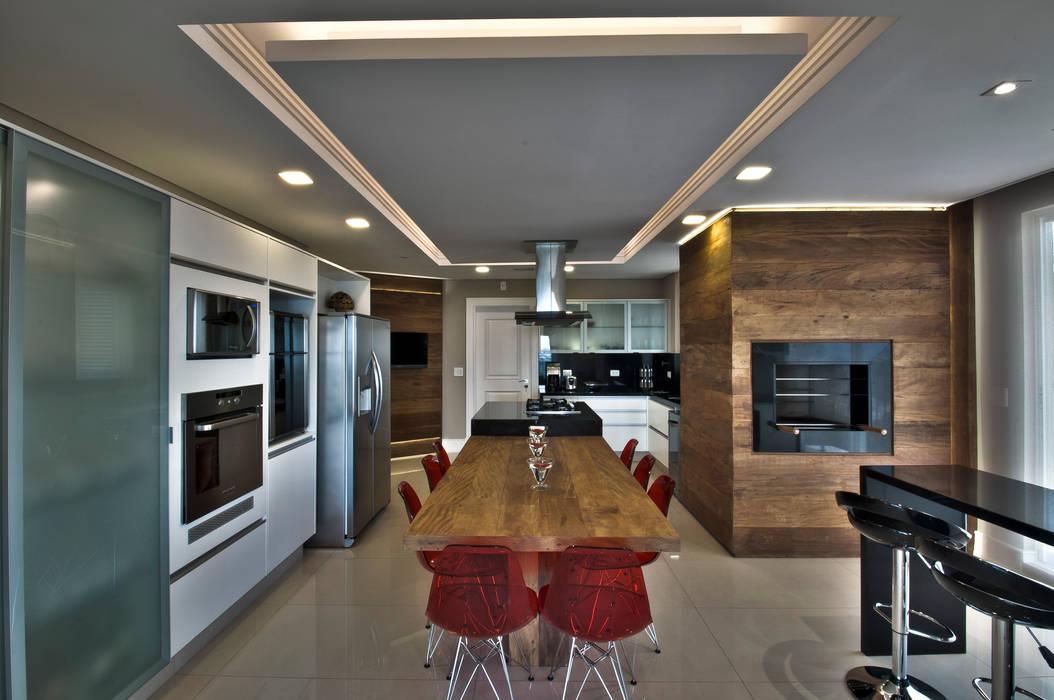 Cucina moderna di Pauline Kubiak Arquitetura Moderno Legno massello Variopinto