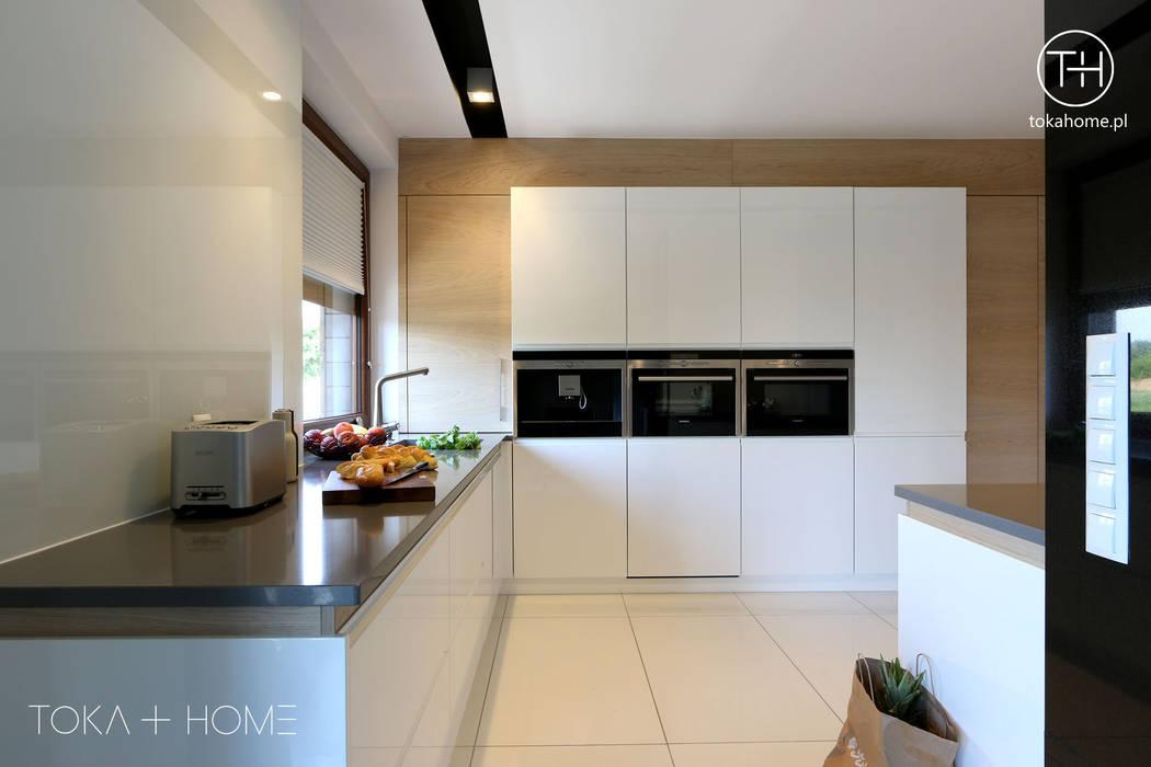 Biała Kuchnia Z Drewnem Styl W Kategorii Kuchnia
