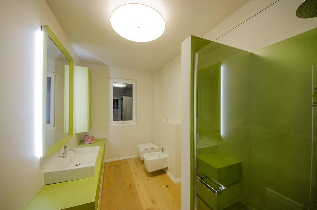 Villa Sca01: Bagno in stile in stile Moderno di Pilkelab