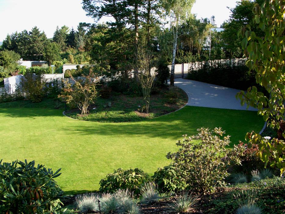 Ein Sommermorgen Garten im Landhausstil von dirlenbach - garten mit stil Landhaus