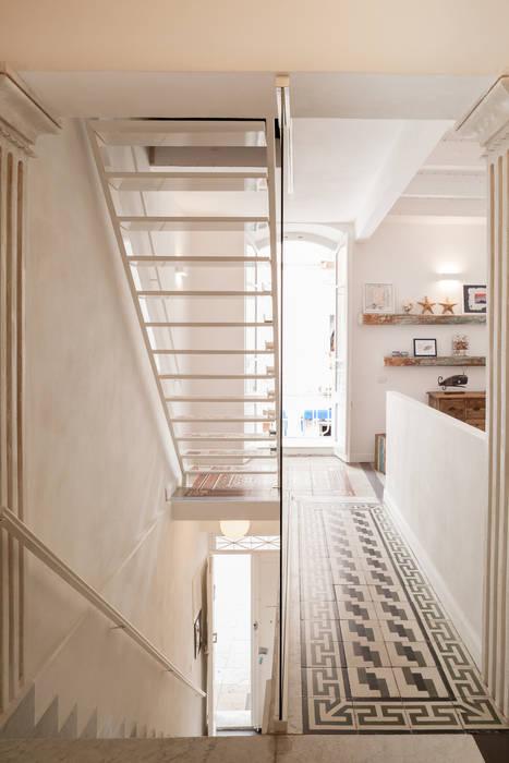 Pasillos, vestíbulos y escaleras de estilo mediterráneo de Studio Vetroblu_Stefano Ferrando Mediterráneo