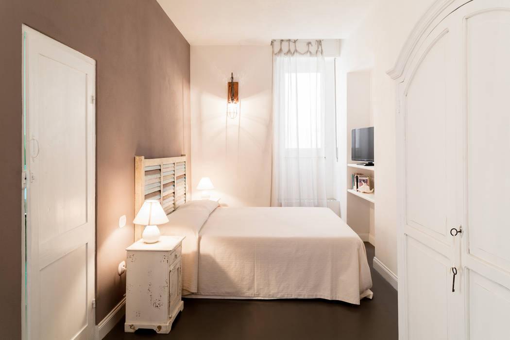 La camera da letto: Camera da letto in stile in stile Mediterraneo di Stefano Ferrando