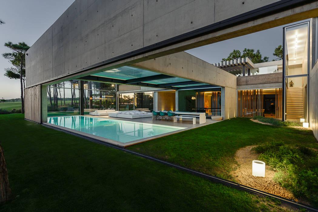 The Wall House Piscinas minimalistas por guedes cruz arquitectos Minimalista